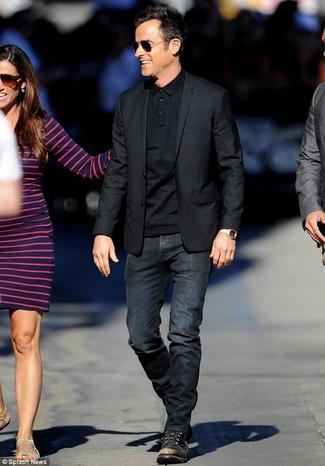 Wie kombinieren: schwarzes Sakko, schwarzes Polohemd, schwarze Jeans, schwarze Lederfreizeitstiefel