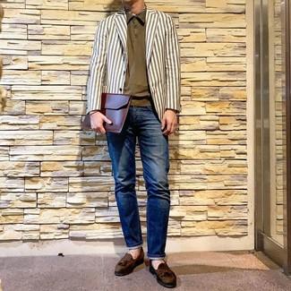 Weißes vertikal gestreiftes Sakko kombinieren: trends 2020: Vereinigen Sie ein weißes vertikal gestreiftes Sakko mit dunkelblauen Jeans für ein sonntägliches Mittagessen mit Freunden. Wählen Sie olivgrünen Wildleder Slipper mit Quasten, um Ihr Modebewusstsein zu zeigen.