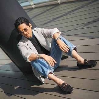 Hellblaue Jeans kombinieren – 500+ Herren Outfits: Tragen Sie ein weißes und schwarzes vertikal gestreiftes Sakko und hellblauen Jeans, um mühelos alles zu meistern, was auch immer der Tag bringen mag. Fühlen Sie sich ideenreich? Entscheiden Sie sich für schwarzen Wildleder Slipper.