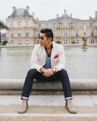 Rote Socken kombinieren – 500+ Herren Outfits: Kombinieren Sie ein weißes Sakko mit roten Socken für einen entspannten Wochenend-Look. Fühlen Sie sich mutig? Entscheiden Sie sich für hellbeige Chelsea Boots aus Wildleder.