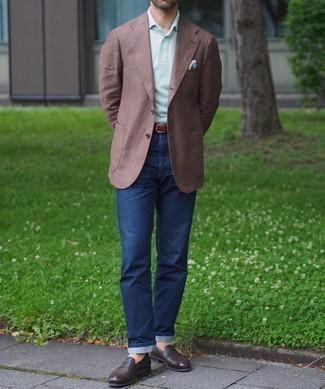 Smart-Casual Outfits Herren 2021: Vereinigen Sie ein braunes Sakko mit dunkelblauen Jeans für Ihren Bürojob. Fühlen Sie sich ideenreich? Entscheiden Sie sich für dunkelbraunen Leder Slipper.
