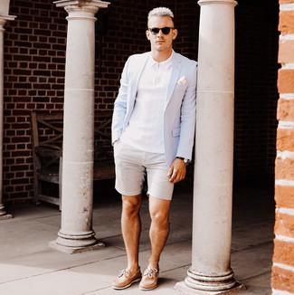 Wie kombinieren: hellblaues Sakko, weißes Polohemd, graue Shorts aus Seersucker, beige Leder Bootsschuhe