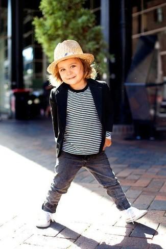 Wie kombinieren: schwarzes Sakko, weißer und schwarzer horizontal gestreifter Pullover, graue Jeans, weiße Turnschuhe