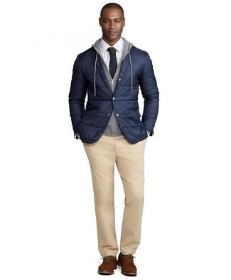 Wie kombinieren: dunkelblaues gestepptes Sakko, grauer Pullover mit einem Kapuze, weißes Businesshemd mit Karomuster, beige Chinohose