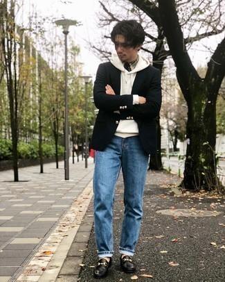 Weißen Pullover mit einem Kapuze kombinieren – 127 Herren Outfits: Kombinieren Sie einen weißen Pullover mit einem Kapuze mit blauen Jeans für ein sonntägliches Mittagessen mit Freunden. Fühlen Sie sich mutig? Ergänzen Sie Ihr Outfit mit schwarzen Leder Slippern.