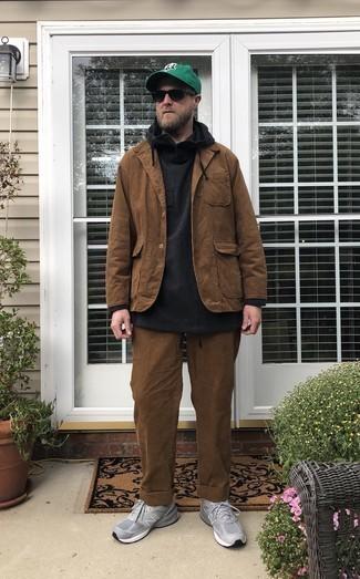 Wie schwarzen Pullover mit einem Kapuze mit grauer Sportschuhe zu kombinieren – 14 Herren Outfits: Kombinieren Sie einen schwarzen Pullover mit einem Kapuze mit einer braunen Cord Chinohose, um mühelos alles zu meistern, was auch immer der Tag bringen mag. Wenn Sie nicht durch und durch formal auftreten möchten, vervollständigen Sie Ihr Outfit mit grauen Sportschuhen.