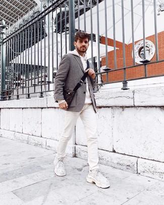 Wie kombinieren: schwarzes und weißes Sakko mit Hahnentritt-Muster, weißer Pullover mit einem Kapuze, weiße bedruckte Jeans, weiße Sportschuhe