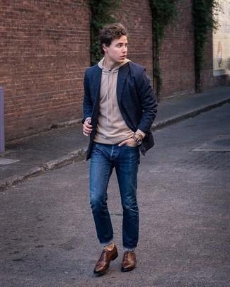 Beige Pullover mit einem Kapuze kombinieren – 217 Herren Outfits: Erwägen Sie das Tragen von einem beige Pullover mit einem Kapuze und dunkelblauen Jeans für ein bequemes Outfit, das außerdem gut zusammen passt. Schalten Sie Ihren Kleidungsbestienmodus an und machen dunkelbraunen Leder Brogues zu Ihrer Schuhwerkwahl.