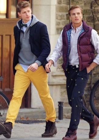 Wie kombinieren: dunkelblaues Sakko, grauer Pullover mit einem Kapuze, weißes und blaues vertikal gestreiftes Langarmhemd, gelbe Chinohose
