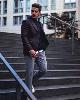 Smart-Casual Outfits Herren 2020: Paaren Sie ein dunkelrotes Sakko mit einer grauen Chinohose, wenn Sie einen gepflegten und stylischen Look wollen. Suchen Sie nach leichtem Schuhwerk? Vervollständigen Sie Ihr Outfit mit weißen Leder niedrigen Sneakers für den Tag.