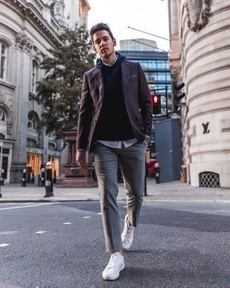 Smart-Casual Outfits Herren 2020: Tragen Sie ein dunkellila Sakko und einen dunkelblauen Pullover mit einem Kapuze für ein bequemes Outfit, das außerdem gut zusammen passt.