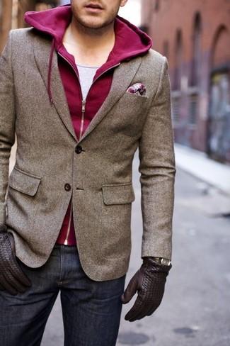 braunes Wollsakko, dunkelroter Pullover mit einem Kapuze, graues Trägershirt, dunkelblaue Jeans für Herren