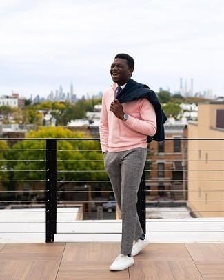 Dunkelblaue und weiße gepunktete Krawatte kombinieren – 341 Herren Outfits: Tragen Sie ein dunkelblaues Sakko und eine dunkelblaue und weiße gepunktete Krawatte für einen stilvollen, eleganten Look. Wenn Sie nicht durch und durch formal auftreten möchten, entscheiden Sie sich für weißen Segeltuch niedrige Sneakers.
