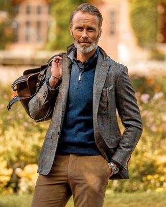 graues Wollsakko mit Karomuster, dunkelblauer Pullover mit einem Reißverschluss am Kragen, dunkelblaues Langarmhemd, beige Cord Chinohose für Herren