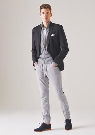 Wie kombinieren: schwarzes Sakko, grauer Pullover mit einem Reißverschluß, weißes T-Shirt mit einem Rundhalsausschnitt, graue Chinohose