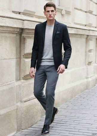 Wie kombinieren: schwarzes Sakko, grauer Pullover mit einem Rundhalsausschnitt, graue Anzughose, schwarze Leder Derby Schuhe