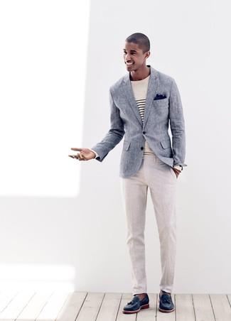 Wie kombinieren: blaues Leinen Sakko, hellbeige horizontal gestreifter Pullover mit einem Rundhalsausschnitt, hellbeige Leinen Anzughose, dunkelblaue Leder Slipper mit Quasten