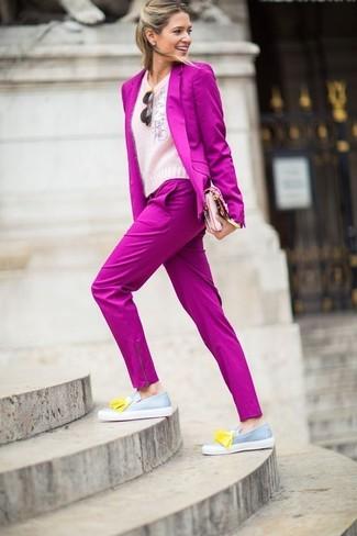 Wie kombinieren: fuchsia Sakko, rosa flauschiger Pullover mit einem Rundhalsausschnitt, fuchsia Anzughose, graue Leder Slipper mit Quasten