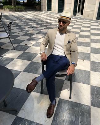 Wie kombinieren: hellbeige Sakko, hellbeige Pullover mit einem Rundhalsausschnitt, dunkelblaue Anzughose, braune Leder Oxford Schuhe