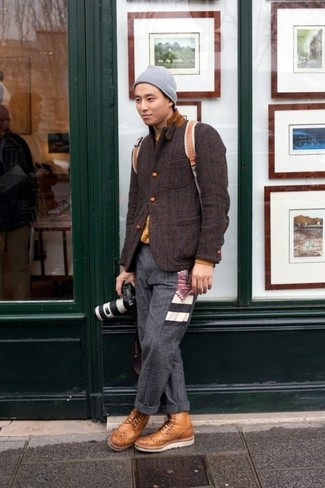 Wie kombinieren: dunkelbraunes Wollsakko, senf Pullover mit einem Rundhalsausschnitt, dunkelgraue Wollanzughose, beige Brogue Stiefel aus Leder