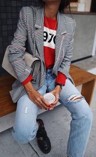Wie kombinieren: weißes und schwarzes Sakko mit Hahnentritt-Muster, roter bedruckter Pullover mit einem Rundhalsausschnitt, hellblaue Boyfriend Jeans mit Destroyed-Effekten, schwarze Chelsea-Stiefel aus Leder