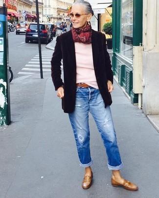 Wie kombinieren: schwarzes Wollsakko, rosa Pullover mit einem Rundhalsausschnitt, blaue Boyfriend Jeans mit Destroyed-Effekten, braune Leder Slipper