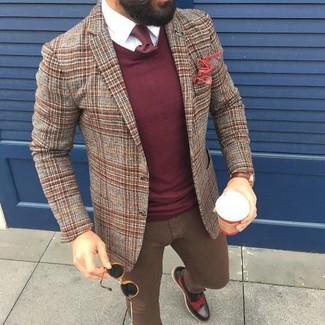 Wie kombinieren: braunes Wollsakko mit Schottenmuster, dunkelroter Pullover mit einem Rundhalsausschnitt, weißes Businesshemd, braune enge Jeans