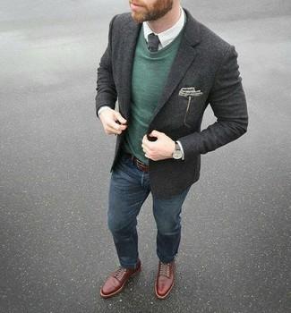 Wie kombinieren: dunkelgraues Wollsakko, dunkelgrüner Pullover mit einem Rundhalsausschnitt, weißes Businesshemd mit Karomuster, dunkelblaue Jeans