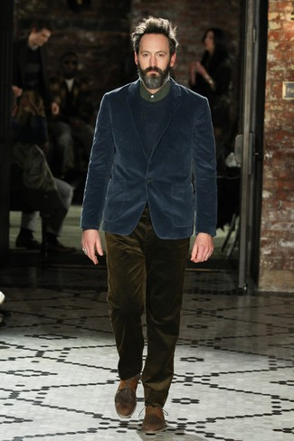 dunkelblaues Kordsakko, dunkelblauer Pullover mit einem Rundhalsausschnitt, dunkelgrünes Businesshemd, olivgrüne Kordjeans für Herren