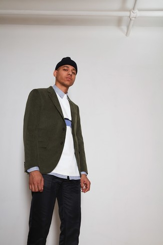 Wie kombinieren: olivgrünes Kordsakko, weißer Pullover mit einem Rundhalsausschnitt, hellblaues vertikal gestreiftes Businesshemd, dunkelblaue Chinohose