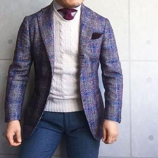 Wie kombinieren: violettes Wollsakko mit Schottenmuster, weißer Pullover mit einem Rundhalsausschnitt, weißes Businesshemd, dunkelblaue Wollanzughose