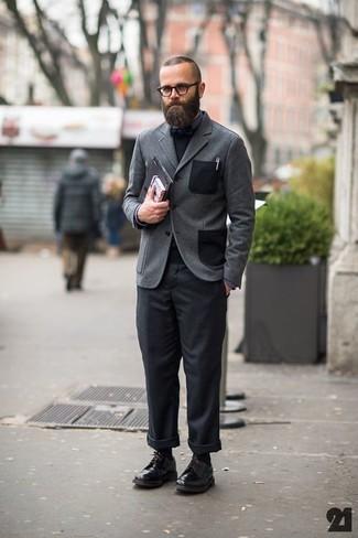 Wie kombinieren: graues Wollsakko, schwarzer Pullover mit einem Rundhalsausschnitt, dunkelgraues Businesshemd, schwarze Chinohose