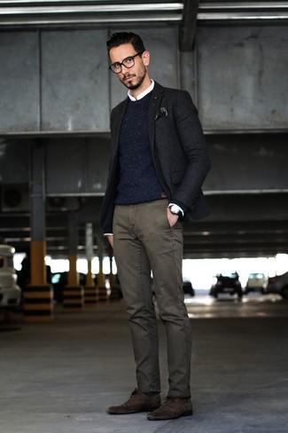 Wie kombinieren: schwarzes Sakko, dunkelblauer Strick Pullover mit einem Rundhalsausschnitt, weißes Businesshemd, dunkelgraue Chinohose