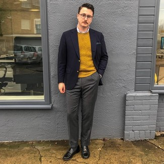 Wie kombinieren: dunkelblaues Sakko, senf Pullover mit einem Rundhalsausschnitt, weißes Businesshemd, dunkelgraue Wollanzughose