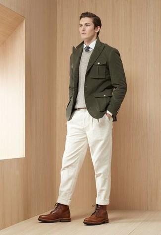Weiße Cord Chinohose kombinieren – 9 Herren Outfits: Kombinieren Sie ein olivgrünes Sakko mit einer weißen Cord Chinohose für einen für die Arbeit geeigneten Look. Eine braune Lederfreizeitstiefel sind eine perfekte Wahl, um dieses Outfit zu vervollständigen.