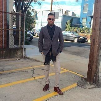 Dunkelgraues Wollsakko kombinieren – 459 Herren Outfits: Kombinieren Sie ein dunkelgraues Wollsakko mit einer hellbeige Chinohose für einen für die Arbeit geeigneten Look. Eine dunkelrote Lederfreizeitstiefel sind eine gute Wahl, um dieses Outfit zu vervollständigen.