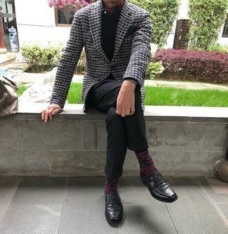 50 Jährige: Silberne Uhr kombinieren – 330 Herren Outfits: Für ein bequemes Couch-Outfit, kombinieren Sie ein graues Tweed Sakko mit Karomuster mit einer silbernen Uhr. Entscheiden Sie sich für schwarzen Leder Slipper, um Ihr Modebewusstsein zu zeigen.