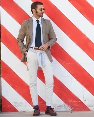 Grauen Pullover mit einem Rundhalsausschnitt kombinieren – 500+ Herren Outfits: Kombinieren Sie einen grauen Pullover mit einem Rundhalsausschnitt mit einer weißen Cargohose, um mühelos alles zu meistern, was auch immer der Tag bringen mag. Fühlen Sie sich mutig? Entscheiden Sie sich für dunkelroten Chukka-Stiefel aus Leder.
