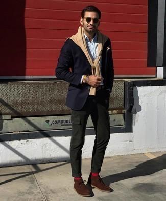 Beige Pullover mit einem Rundhalsausschnitt kombinieren – 391 Herren Outfits: Tragen Sie einen beige Pullover mit einem Rundhalsausschnitt und eine dunkelgrüne Cargohose für ein großartiges Wochenend-Outfit. Heben Sie dieses Ensemble mit braunen Chukka-Stiefeln aus Wildleder hervor.