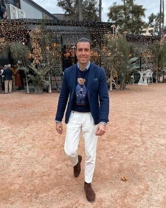 Hellblaues Chambray Businesshemd kombinieren – 132 Herren Outfits: Die Paarung aus einem hellblauen Chambray Businesshemd und einer weißen Chinohose ist eine großartige Wahl für einen Tag im Büro. Wenn Sie nicht durch und durch formal auftreten möchten, wählen Sie braunen Chukka-Stiefel aus Wildleder.