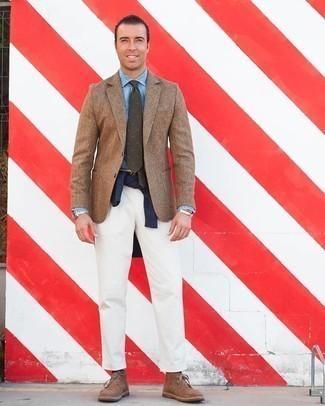Hellblaues Chambray Businesshemd kombinieren – 132 Herren Outfits: Kombinieren Sie ein hellblaues Chambray Businesshemd mit einer weißen Chinohose für Ihren Bürojob. Braune Chukka-Stiefel aus Wildleder verleihen einem klassischen Look eine neue Dimension.