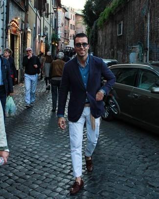 Weiße Cargohose kombinieren – 44 Herren Outfits: Paaren Sie ein dunkelblaues Sakko mit einer weißen Cargohose, um mühelos alles zu meistern, was auch immer der Tag bringen mag. Fühlen Sie sich mutig? Vervollständigen Sie Ihr Outfit mit dunkelroten Leder Slippern mit Quasten.