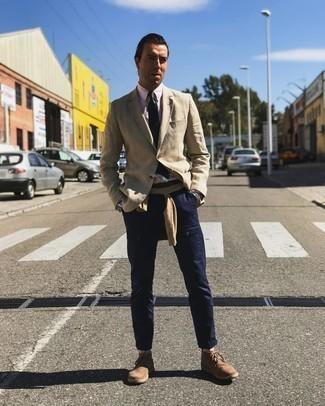 Beige Pullover mit einem Rundhalsausschnitt kombinieren – 391 Herren Outfits: Tragen Sie einen beige Pullover mit einem Rundhalsausschnitt und eine dunkelblaue Chinohose für ein großartiges Wochenend-Outfit. Braune Chukka-Stiefel aus Wildleder sind eine kluge Wahl, um dieses Outfit zu vervollständigen.
