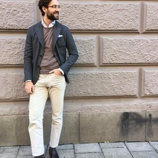 Dunkelgraues Sakko kombinieren – 1200+ Herren Outfits: Kombinieren Sie ein dunkelgraues Sakko mit hellbeige Jeans, wenn Sie einen gepflegten und stylischen Look wollen. Fühlen Sie sich ideenreich? Entscheiden Sie sich für dunkelbraunen Leder Slipper mit Quasten.