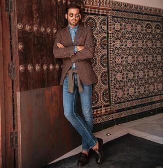Hellblaues Chambray Businesshemd kombinieren – 132 Herren Outfits: Die Paarung aus einem hellblauen Chambray Businesshemd und blauen Jeans ist eine ideale Wahl für einen Tag im Büro. Fühlen Sie sich ideenreich? Vervollständigen Sie Ihr Outfit mit dunkelbraunen Leder Slippern.
