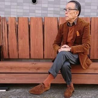 Rotbraunen Pullover mit einem Rundhalsausschnitt kombinieren – 210 Herren Outfits: Machen Sie sich mit einem rotbraunen Pullover mit einem Rundhalsausschnitt und einer dunkelgrauen Anzughose einen verfeinerten, eleganten Stil zu Nutze. Braune Wildleder Derby Schuhe sind eine perfekte Wahl, um dieses Outfit zu vervollständigen.