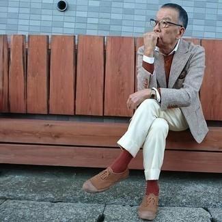 Rotbraunen Pullover mit einem Rundhalsausschnitt kombinieren – 210 Herren Outfits: Kombinieren Sie einen rotbraunen Pullover mit einem Rundhalsausschnitt mit einer weißen Anzughose für eine klassischen und verfeinerte Silhouette. Braune Segeltuch niedrige Sneakers verleihen einem klassischen Look eine neue Dimension.