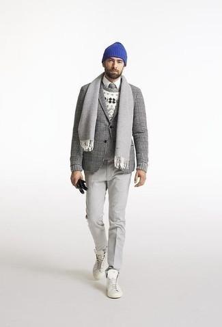Schal kombinieren – 500+ Herren Outfits: Für ein bequemes Couch-Outfit, kombinieren Sie ein graues Wollsakko mit Schottenmuster mit einem Schal. Weiße hohe Sneakers aus Segeltuch fügen sich nahtlos in einer Vielzahl von Outfits ein.