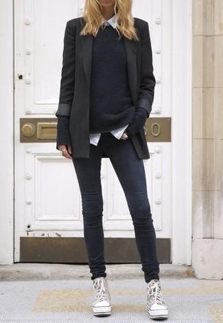 Wie kombinieren: schwarzes Sakko, schwarzer Pullover mit einem Rundhalsausschnitt, weißes Businesshemd, dunkelgraue enge Jeans