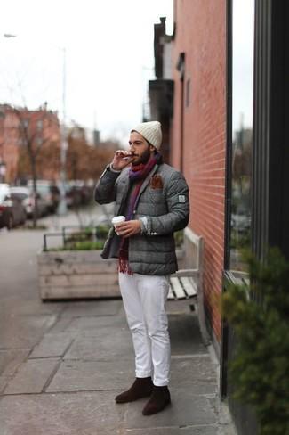 Dunkelgrauen Pullover mit einem Rundhalsausschnitt kombinieren: trends 2020: Entscheiden Sie sich für einen dunkelgrauen Pullover mit einem Rundhalsausschnitt und eine weiße Chinohose, um mühelos alles zu meistern, was auch immer der Tag bringen mag. Dunkelbraune Chelsea-Stiefel aus Wildleder putzen umgehend selbst den bequemsten Look heraus.